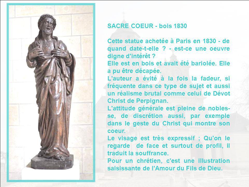 SAINT YVES Cette statue polychrome, restaurée en 1972 est celle de Saint Yves, patron des Avocats. Il est reconnais- sable à son bonnet carré. Elle es
