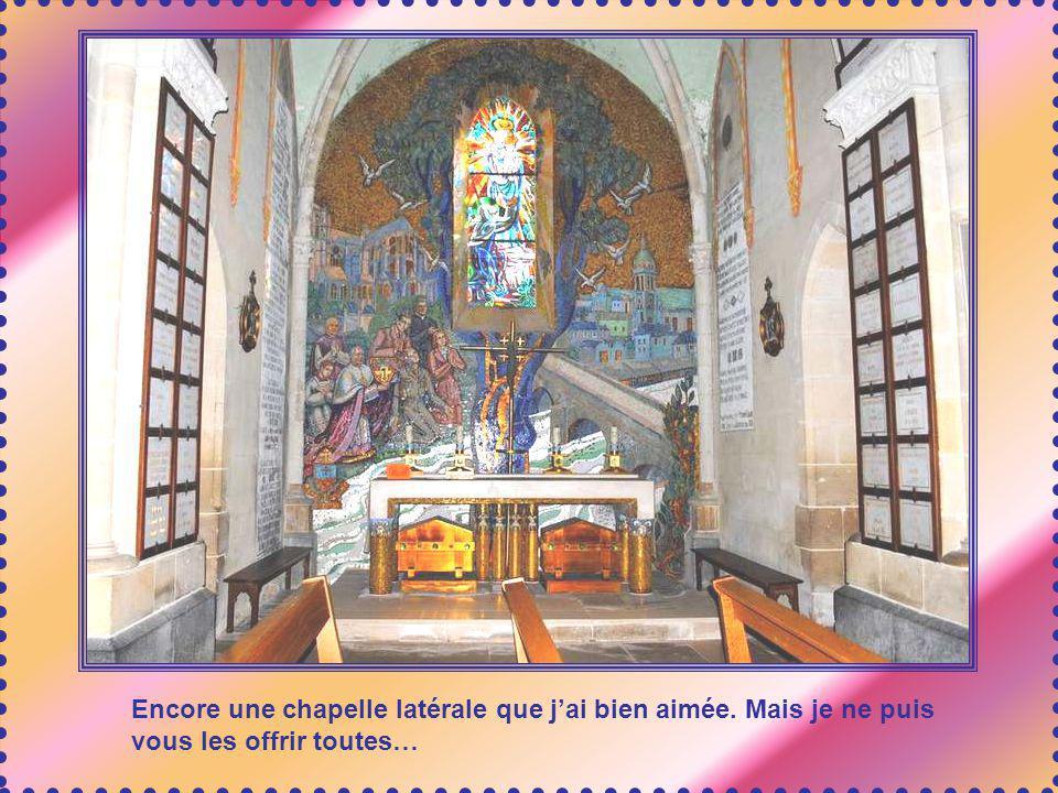 Lédifice comprend de magnifiques chapelles latérales. Sur le mur, ce nest pas une échelle que vous apercevez, mais une partie des ex voto qui tapissen