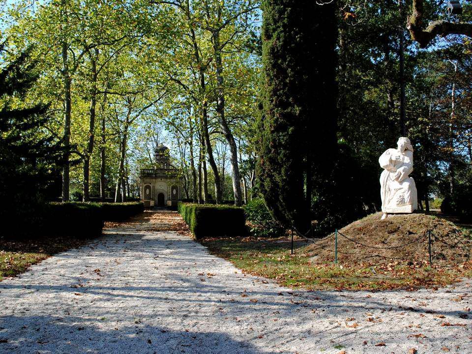 À côté de la basilique, sétend un immense parc appelé Parc du Saint Sépulcre. Les buis plantés au sol représentent les plans de la Basilique du Saint