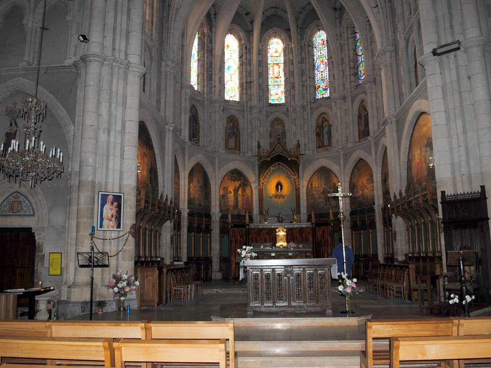 Nous entrons dans la basilique, un grand édifice clair dont chaque pilier est tapissé dex voto du sol au plafond ; de grandes peintures entourent le c
