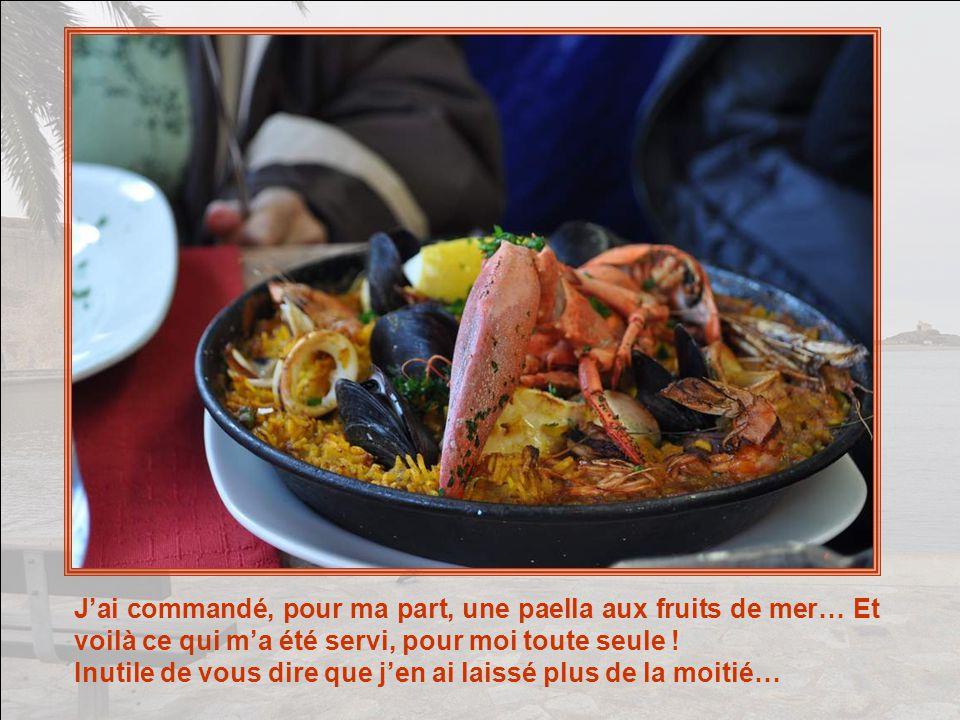 Sur le bord de la mer, nous choisissons le France (oui, oui, rien que cela !) qui, lorsque nous sommes installées, dépose devant nous ces assiettes si joliment décorées.