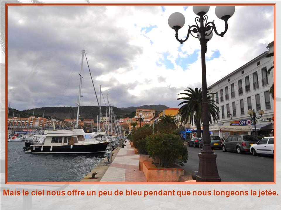 Même sous menace dorage, Port-Vendres garde son aspect accueillant et bon enfant.