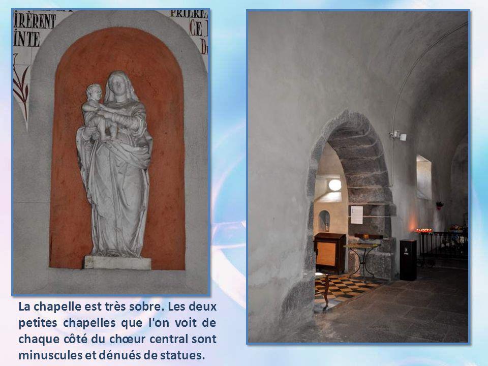 Dans la grille, placée au centre du chœur, abrite un petite grille scellée en son milieu. Sous cette grille, sur le rocher, l'empreinte du genou de la