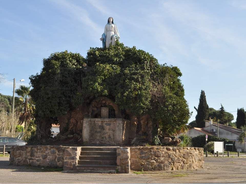 Une fois de plus, nous sommes dans l Hérault, chez Bernadet- te, notre amie, et nous avons entrepris, pilotées par Yvonne de faire un tour dans les environs.