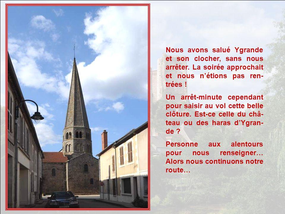 Cette forêt de tours et clochetons appartient au château de La Salle. Cest un château de structure médiévale XIVe siècle, agrandi vers 1875 probableme