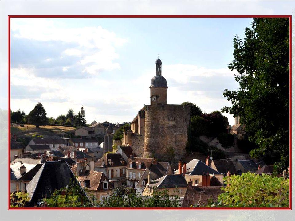 À quelques kilomètres à l'ouest de Moulins, se dresse sur un éperon barré la haute silhouette du château des anciens sires de Bourbon, dominant un bou
