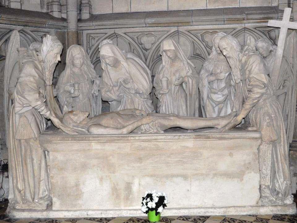 Dans lallée qui contourne labside (ou déambulatoire) en E2, chapelle de la mise au tombeau.