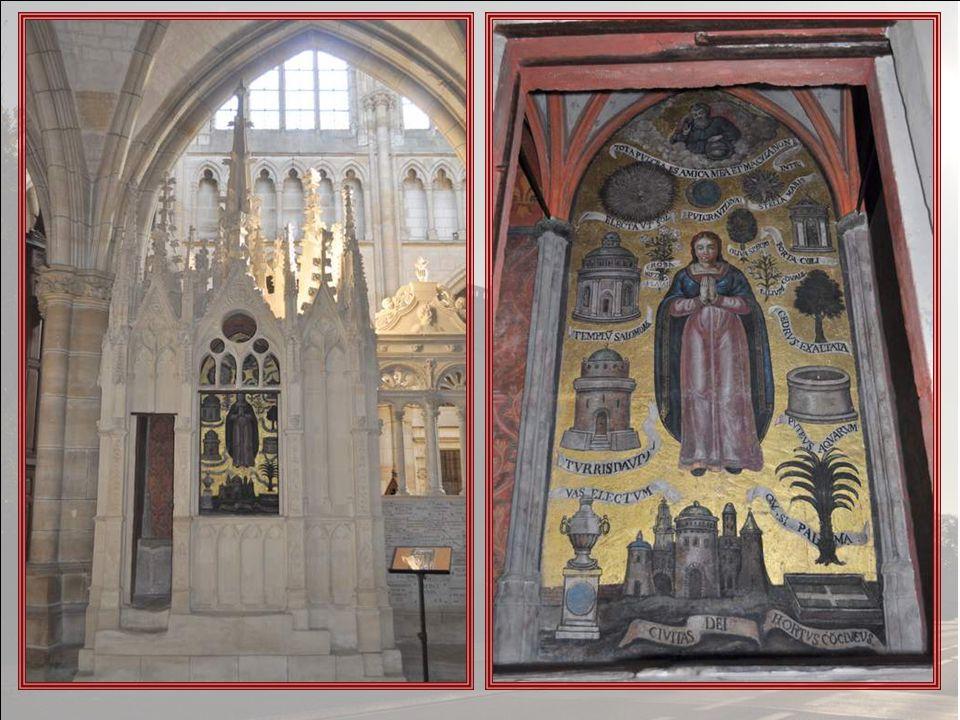 En F, sur le mur du chœur, à gauche, une curieuse petite construction de style flamboyant, appelée Tabernacle Reliquaire.