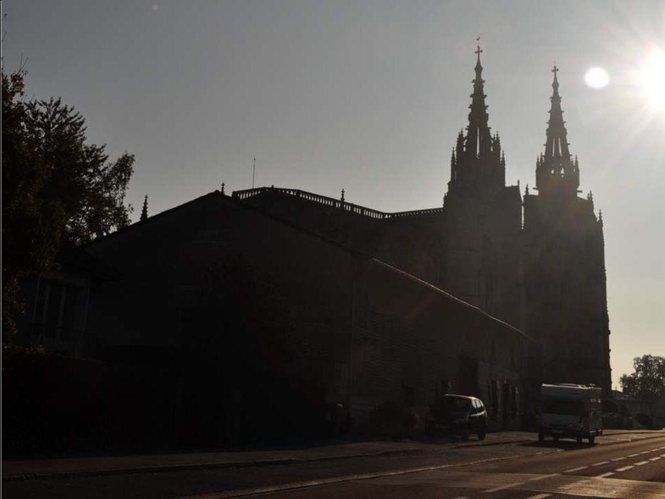 Malgré les vitraux, la pé- nombre commence à emplir de mystère les impressionnantes enfilades de voûtes et darca- des… Au revoir, Notre-Dame de lEpine.