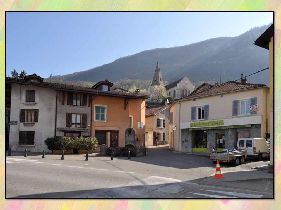 Nous traversons le charmant bourg de La Buisse, avec son amusante fontaine que vous apercevez en entier sur la place à la diapositive suivante.