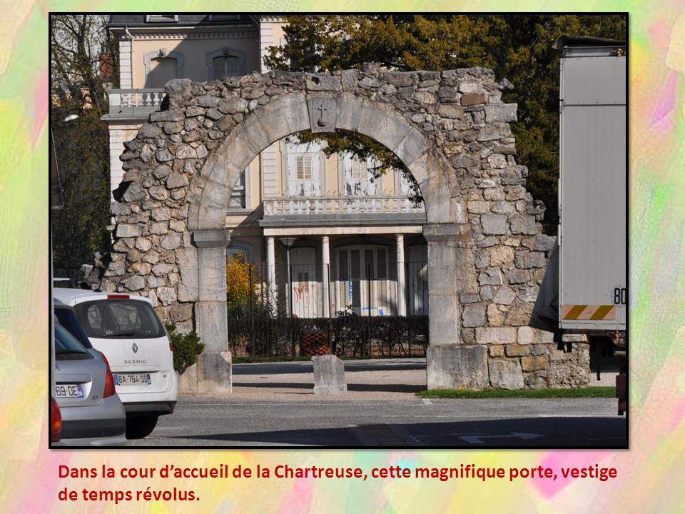 A Voiron, nous sommes évidem- ment passées à La Chartreuse, his- toire de renouveler nos stocks et doffrir quelques menus plaisirs au- tour de nous.