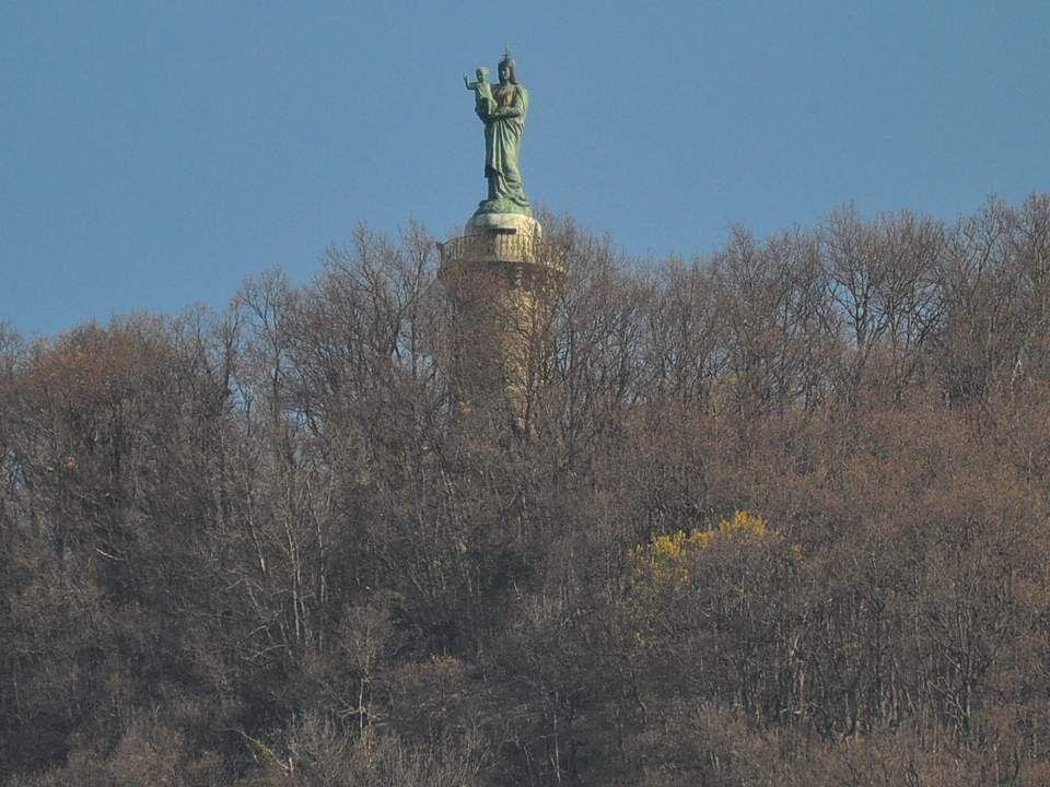 Sur la colline de Vouise, culminant à 737 mètres au-dessus des toits voironnais, la statue de Notre-Dame-de-Vouise offre un point de vue panoramique sur la ville et les massifs montagneux de la Char- treuse et du Vercors.