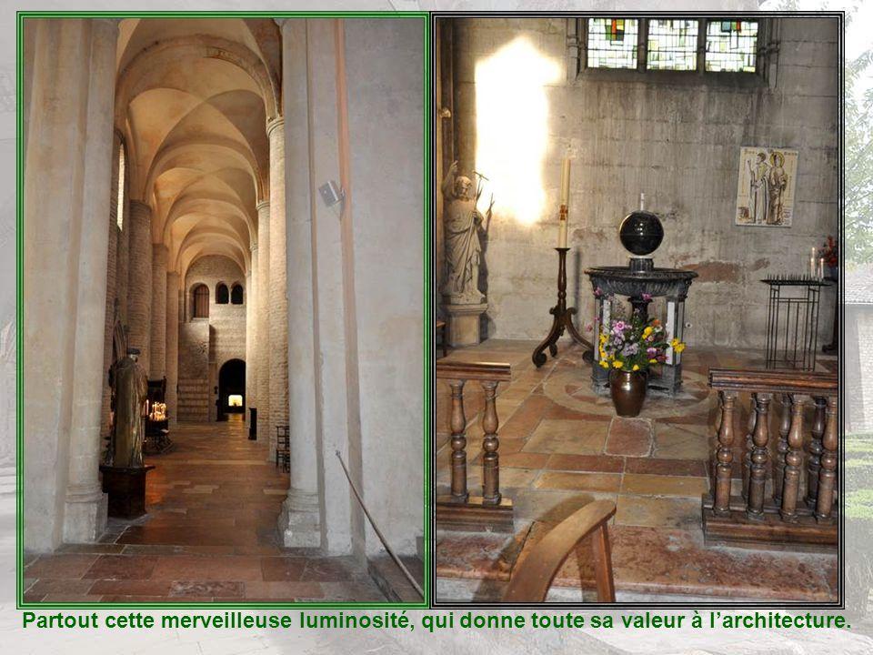 Notre-Dame de la Brune : Cette statue-reliquaire romane de la Vierge à lEnfant a lattitude caractéristique des Vierges noires auvergnates. Elle a été