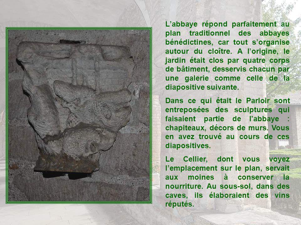 Le déambulatoire facilitait la circulation des pèlerins qui allaient se recueillir devant les reliques de Saint-Philibert. Les mosaïques, mises à jour