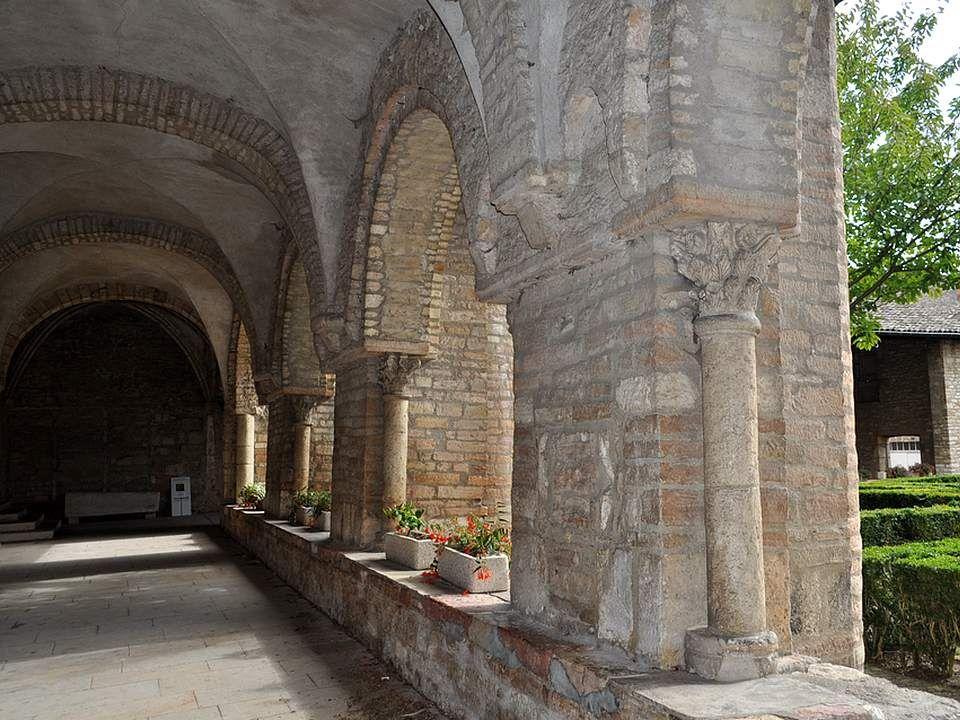 Labbaye répond parfaitement au plan traditionnel des abbayes bénédictines, car tout sorganise autour du cloître. A lorigine, le jardin était clos par