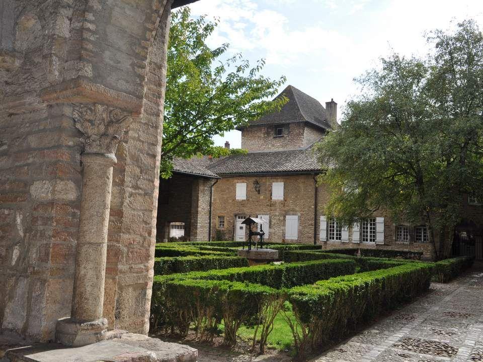 Sur le mur du Parloir sont accrochées ces statues de Saint-Philibert, patron de la pa- roisse, à droite, et de Saint Valérien, à gau- che. Saint Phili