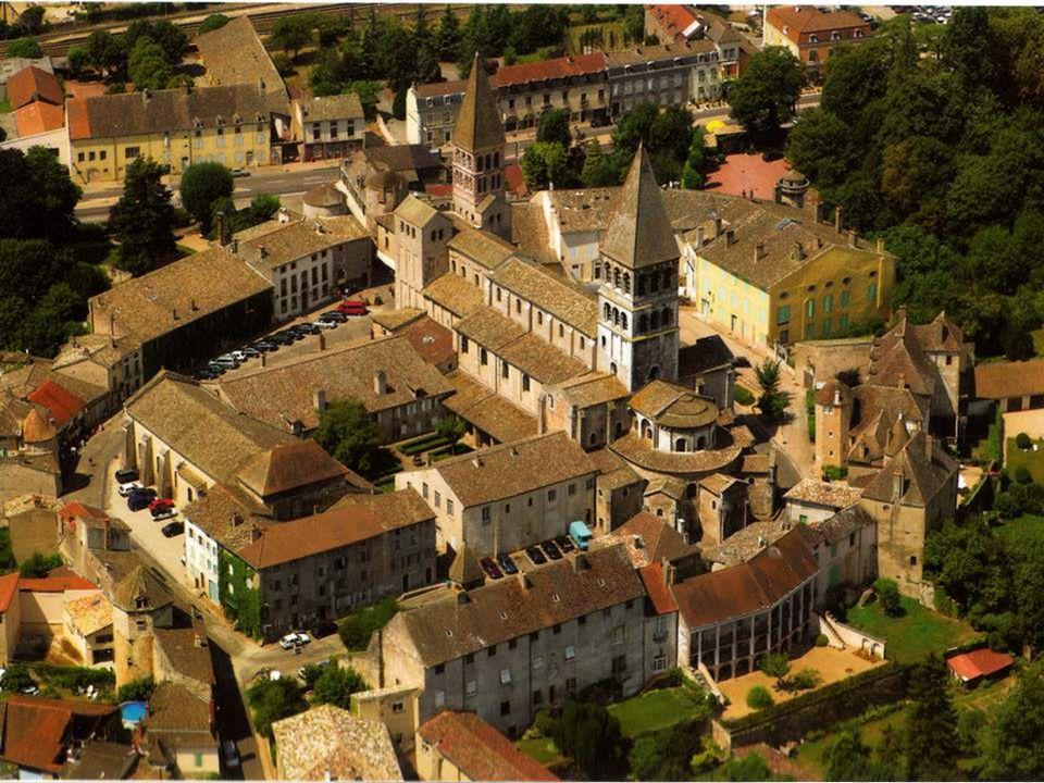 Au cœur de la Bourgogne, en Saône-et-Loire, la ville de Tournus se regroupe autour de son abbaye. Labbaye, cest-à-dire léglise abbatiale et le cloître