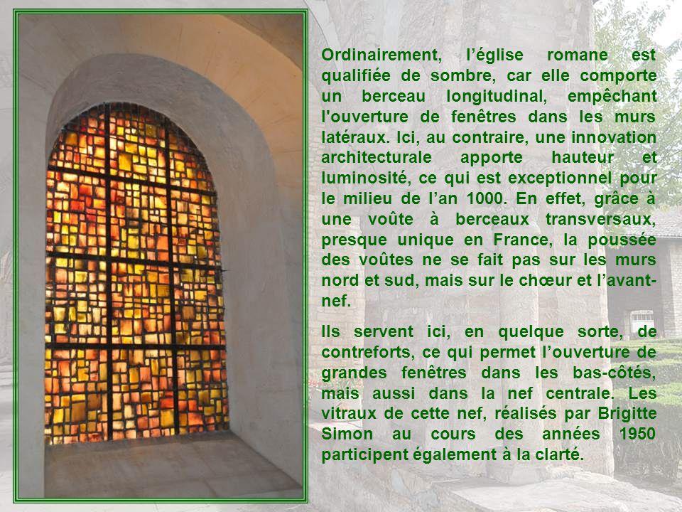 Ordinairement, léglise romane est qualifiée de sombre, car elle comporte un berceau longitudinal, empêchant l ouverture de fenêtres dans les murs latéraux.