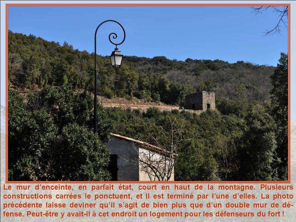 Le mur denceinte, en parfait état, court en haut de la montagne.