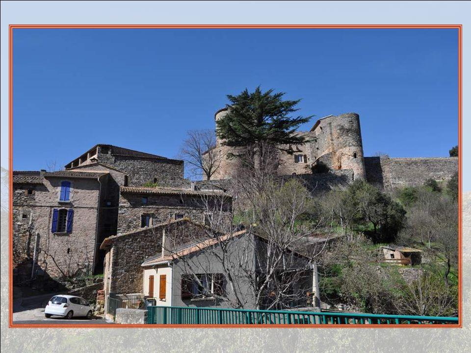 Lentrée du village, au pied du château.