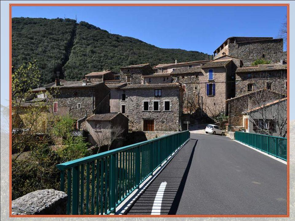 Pézènes-les-Mines est un charmant village moyenâgeux regroupé autour de son beau château, où les hautes maisons se pressent les unes contre les autres