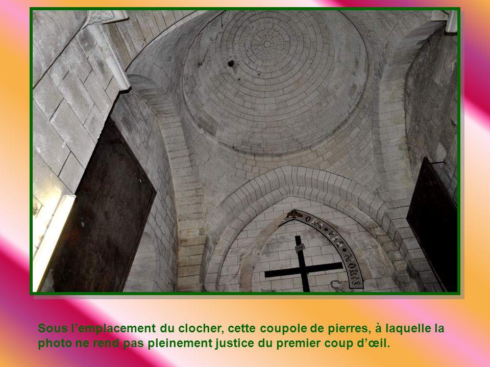 En clef de voûte, un médaillon dédié à Saint Laurent, patron de cette église.