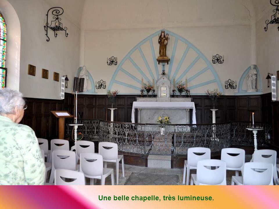 Un peu à plus loin mais encore dans le village se dressait cette charmante chapelle en lhonneur de Notre Dame du Bon Secours. Située sur lemplacement