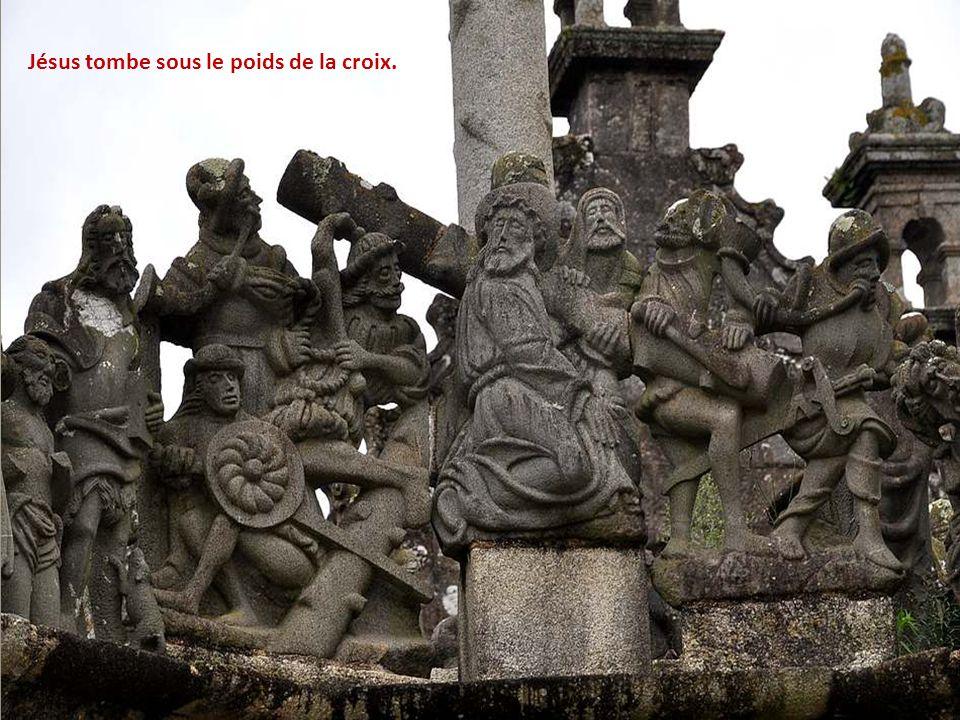 Les soldats s'amusent avec Jésus, le couronnent d'é- pines (ils ne sont pas fous, et se servent de bâtons pour enfoncer la couronne) Et lui cachent le