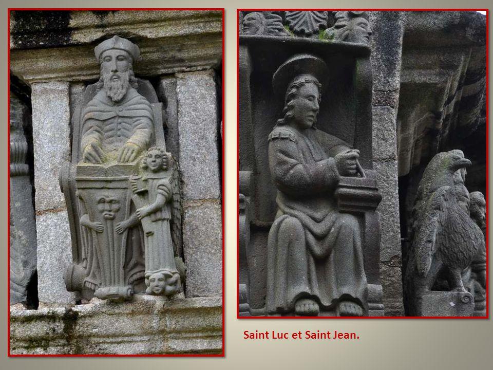 Aux quatre coins taillés en biseau, les quatre évangélistes : Ici, si je ne me trompe, Marc et Matthieu.