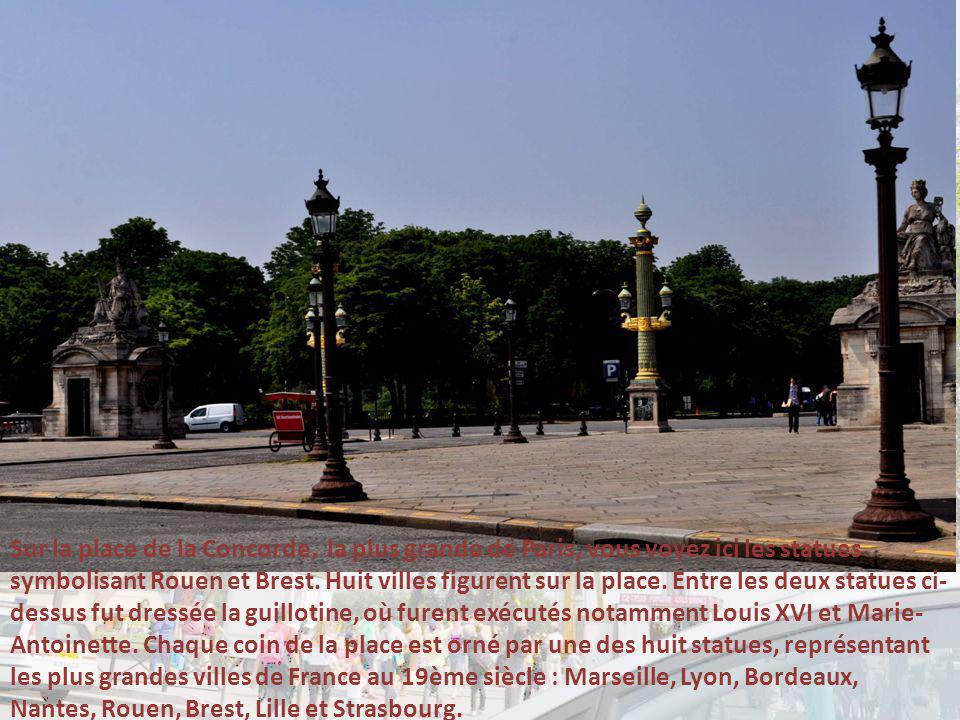 Nous longeons la partie la plus ancienne du Louvre, reconstruit successivement sous François 1 er, Henri II et Henri III car avant le Louvre existait déjà.