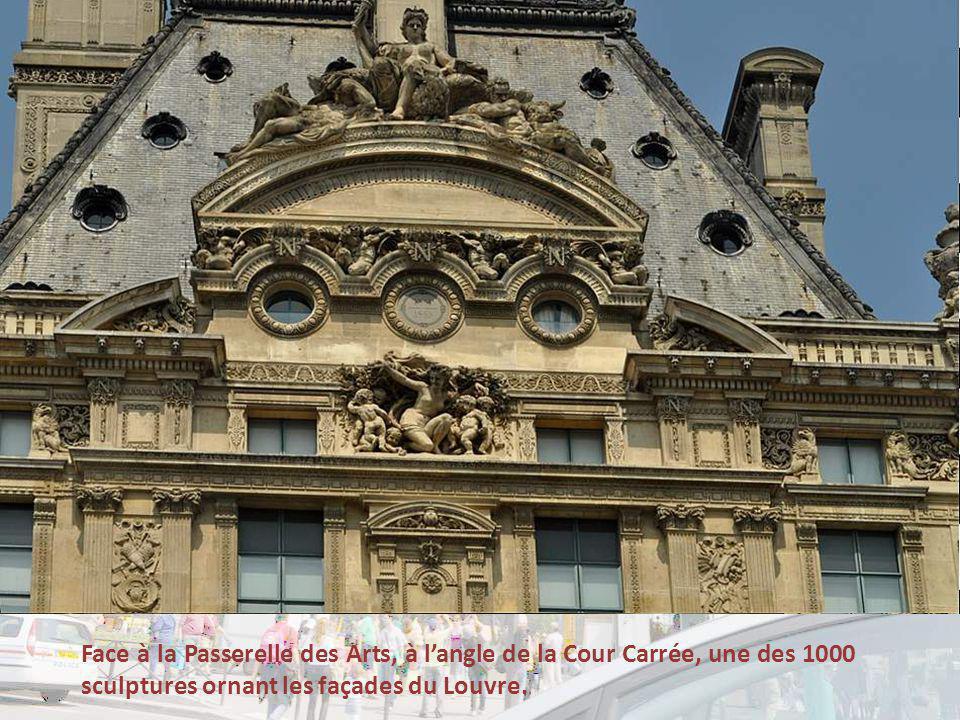 Face à la Passerelle des Arts, à langle de la Cour Carrée, une des 1000 sculptures ornant les façades du Louvre.