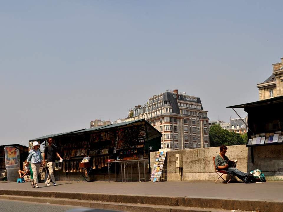 Installés sur plus de trois kilomètres le long de la Seine et inscrits au patrimoine mondial de l UNESCO en 1991, 240 bouquinistes exploitent 900 boîtes vertes où sont exposés 300 000 livres anciens d occasion, des revues, timbres etc…