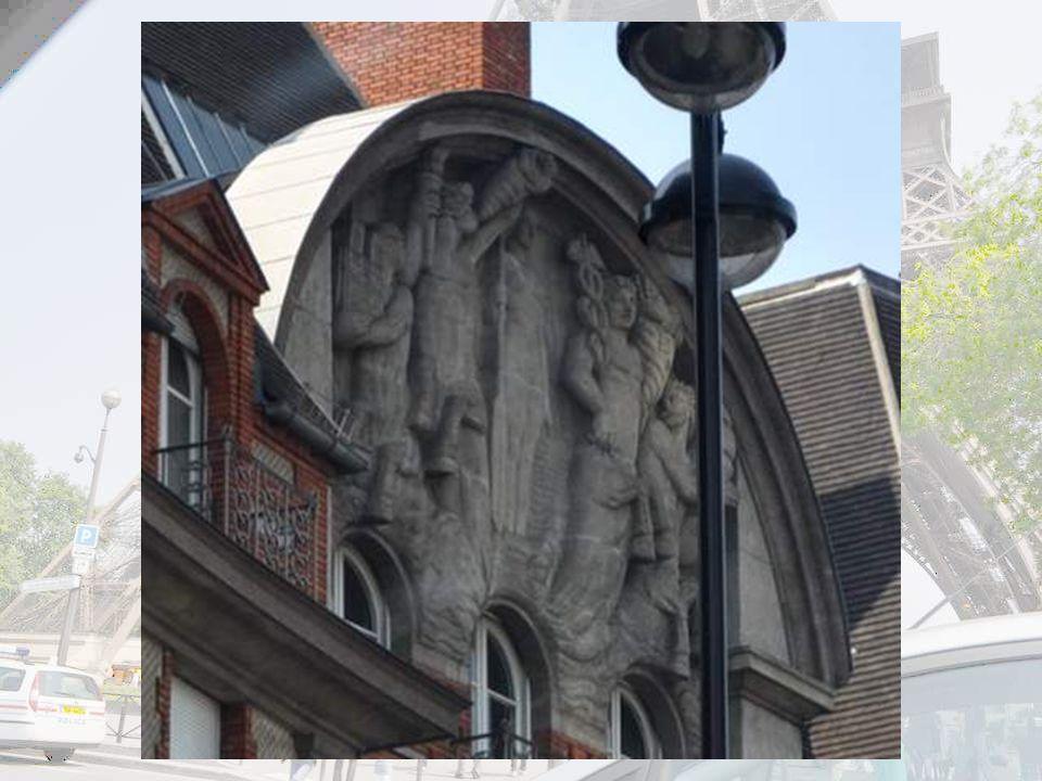 Regardez la belle sculpture du frontispice ! J'essaie de vous la montrer un peu agrandie sur la diapo suivante…