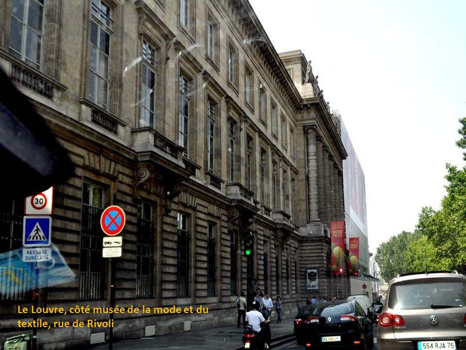 Le musée du Louvre est l'un des plus grands musées du monde et le plus grand musée de Paris par sa surface de 210 000 m2 dont 60 600 consacrés aux exp