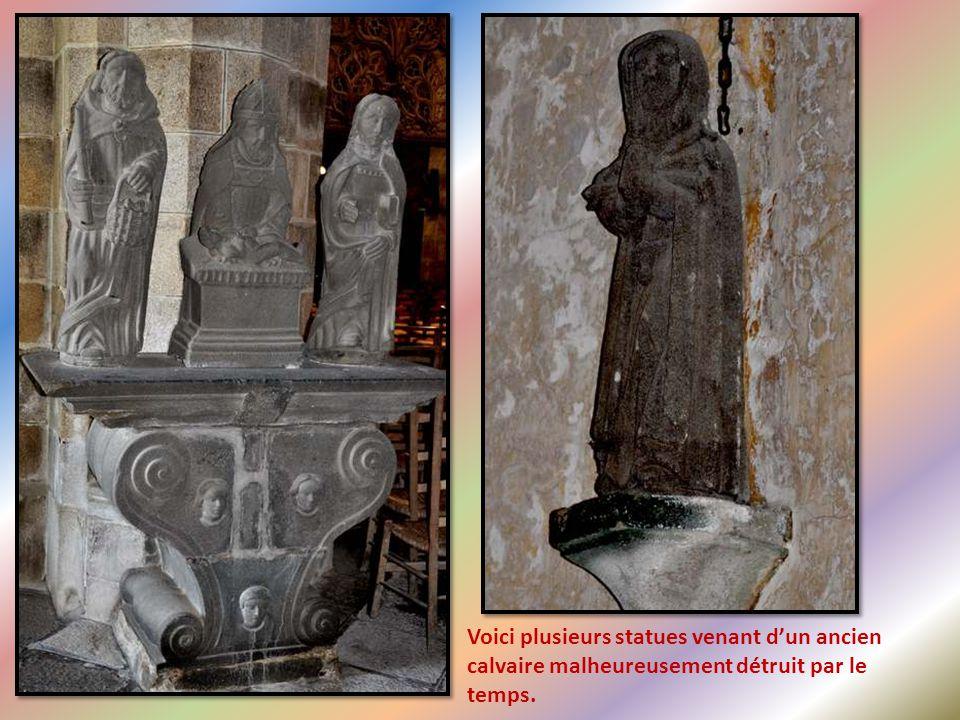 À l'intérieur du porche, à l'abri des regards, Marie, entourée d'anges en adoration, nous accueilles.