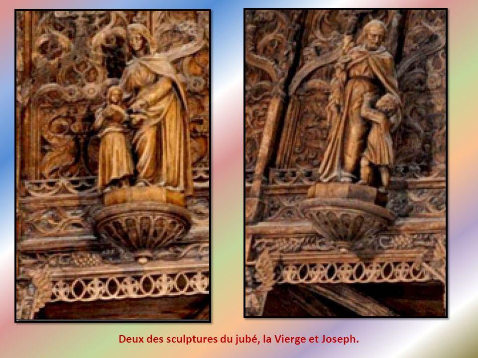 Un magnifique jubé, sculpté recto-verso, une merveille de dentelle de bois.