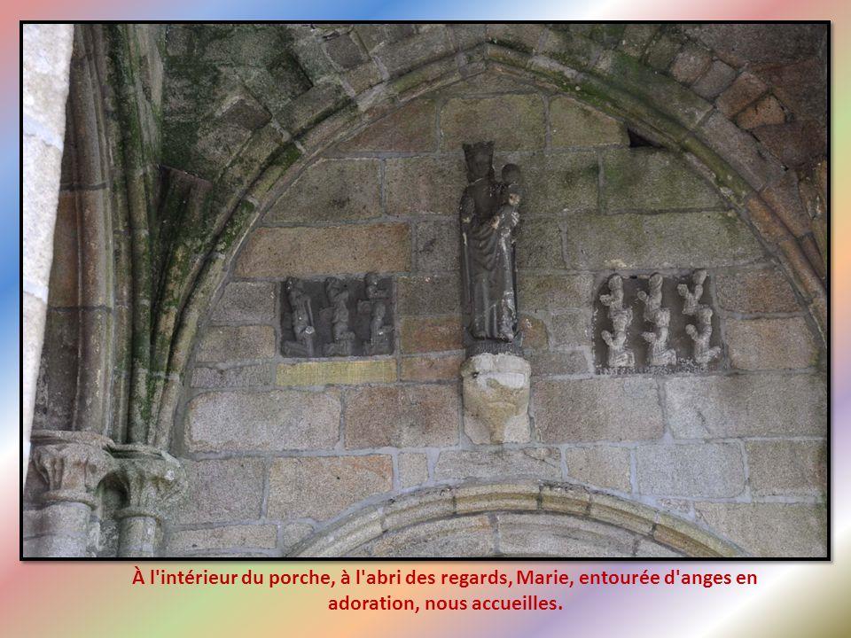 À l intérieur du porche, à l abri des regards, Marie, entourée d anges en adoration, nous accueilles.