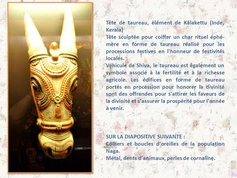 En bas : figurines votives Un avatar du dieu Krishna jouant Balarama, Subha- Vishnu de la flûte dra et Krishna Au-dessus : boite de cartes à jouer des