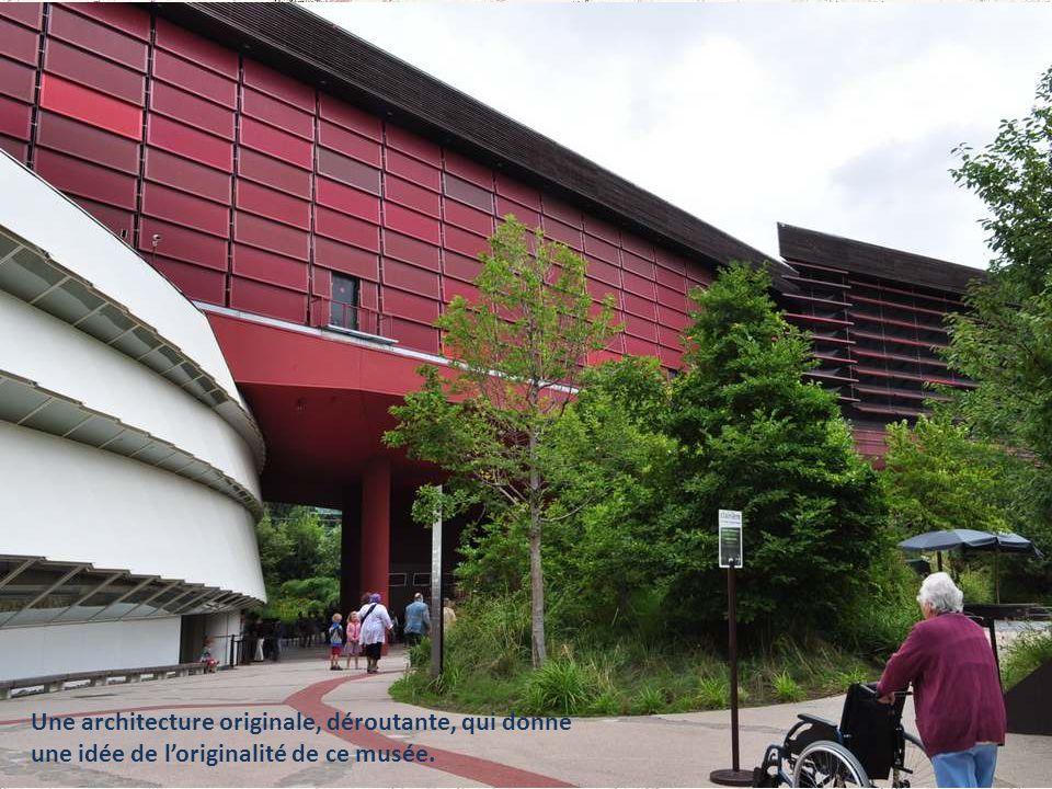 Une architecture originale, déroutante, qui donne une idée de loriginalité de ce musée.