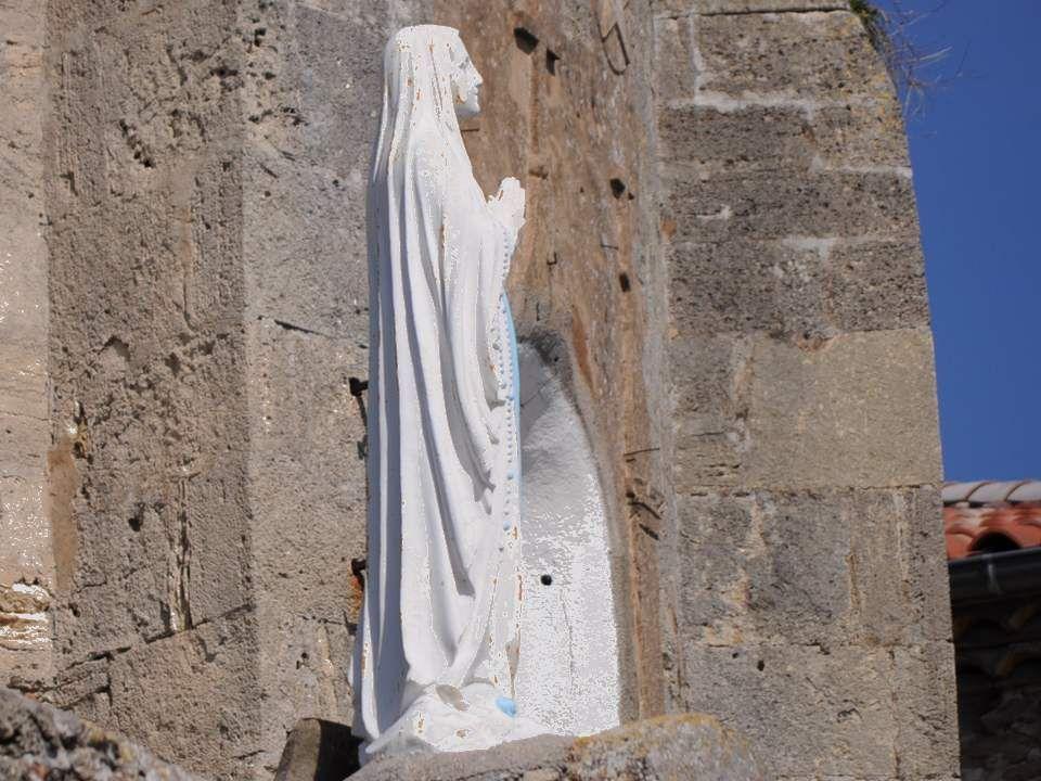 Perchée sur son rocher, l'église semble un bateau prêt à appareiller, avec la Vierge comme capitaine.