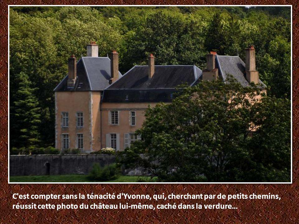 Un château, à l entrée impressionnante, que l on devine à peine derrière le por- tail ; trois porches successifs mènent à la cour.