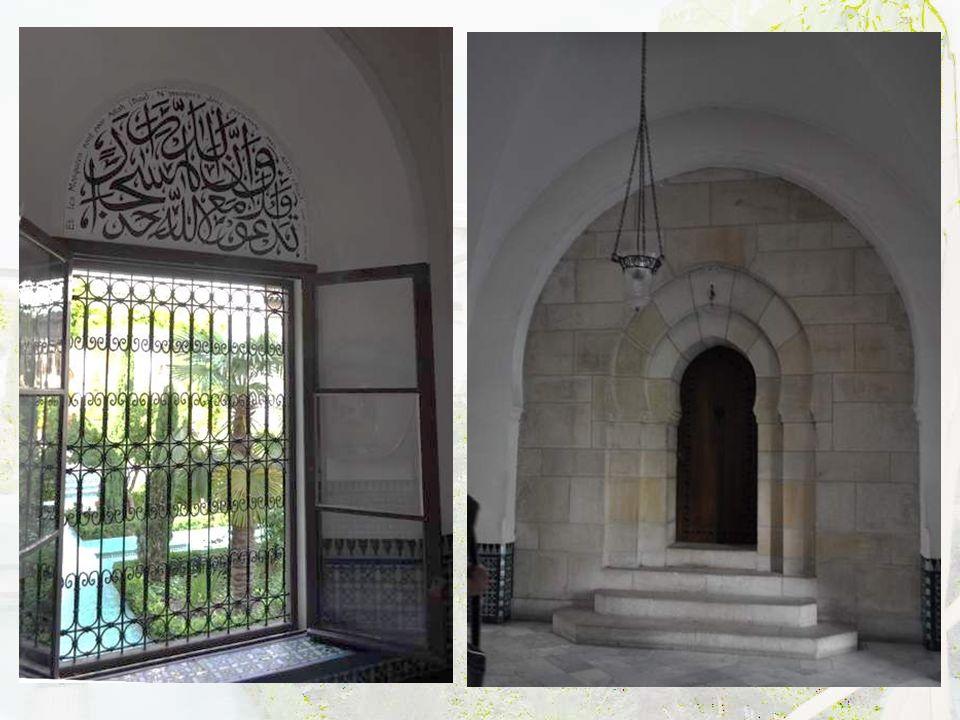 La double porte d'entrée, en cèdre, cloutée de bronze, avec motifs d'entrelacs en bois d'eucalyptus et en corail. Remarquable travail !