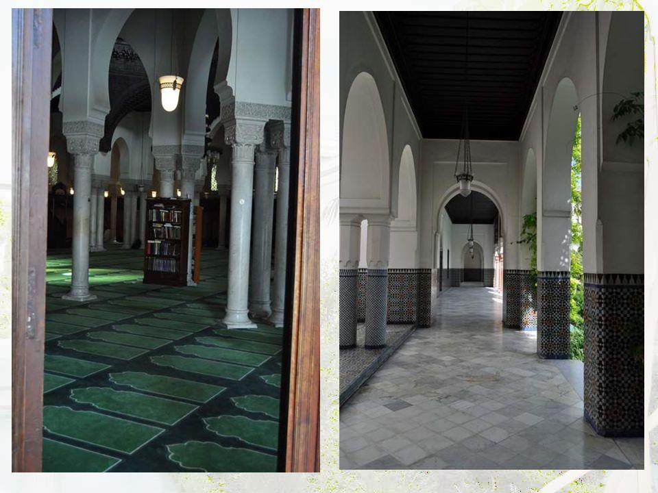 Dans le hall, de superbes médaillons en calligraphie arabe