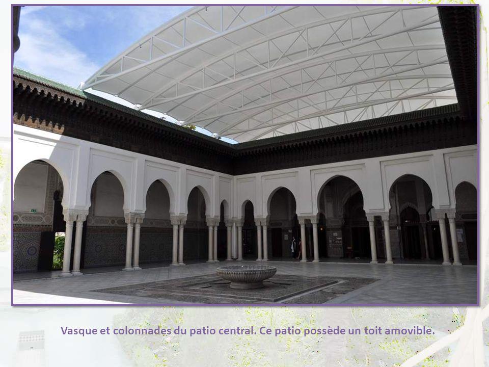 Le grand patio est une merveille d'architecture, de décoration et d'équilibre des différents aspects de l'art musulman. Quadrilatère entouré de galeri