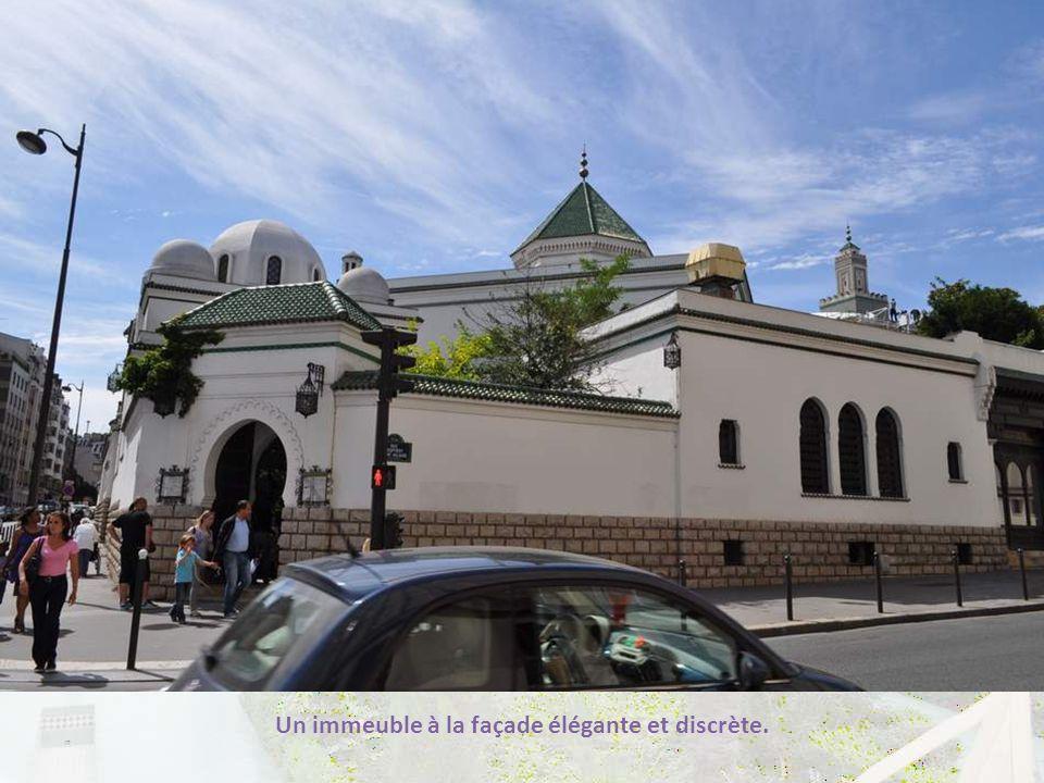 La Grande Mosquée de Paris se trouve à Paris (vous vous en seriez peut-être doutés ?) au n° 2 de la Place du Puits de l'Ermite, dans le 6 ème arrondis