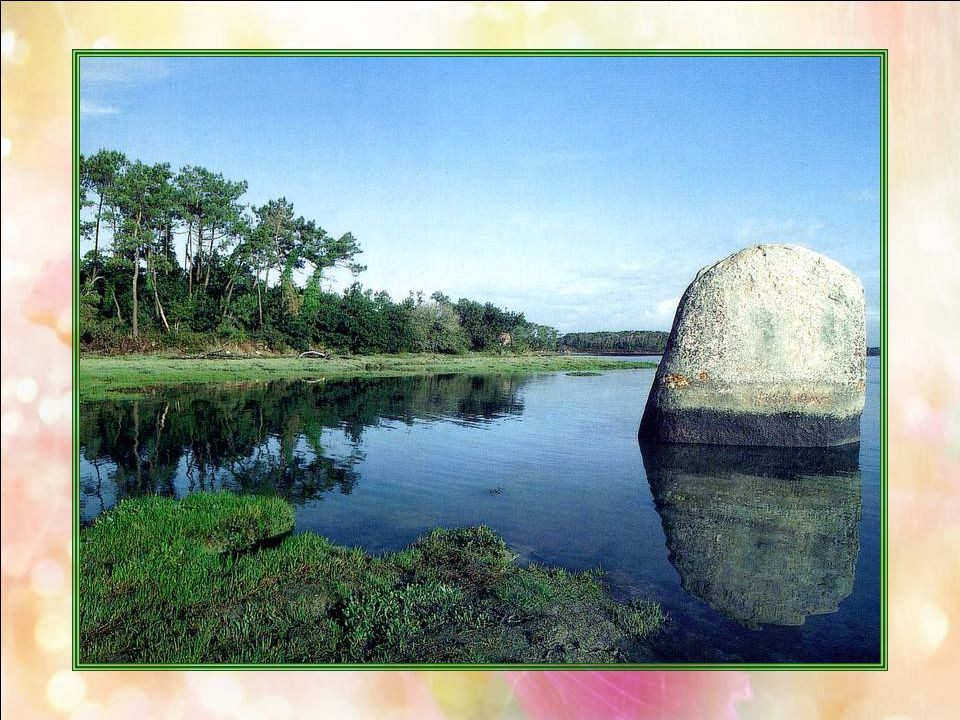 Menhir de Pennglaouic (Finistère – 29) Cet imposant menhir se dresse à lembouchure de la rivière de Pont-lAbbé. La base de cette pierre levée est inon