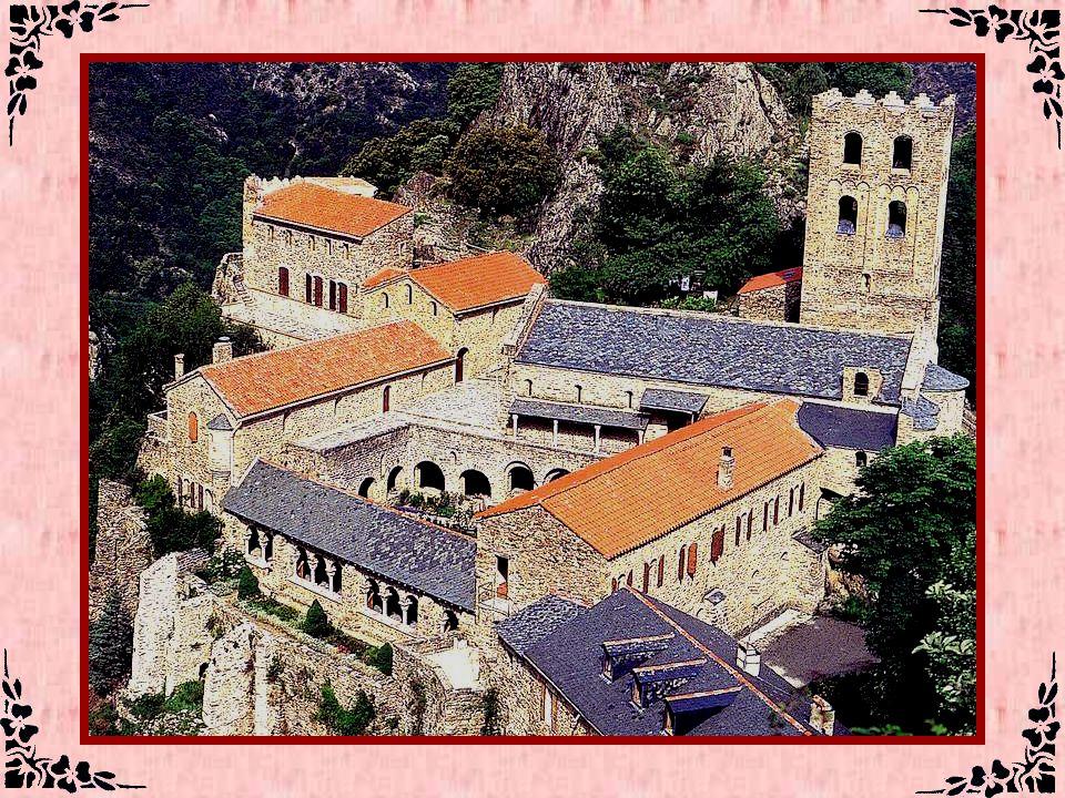 Le cap Pertusato (Corse-du-Sud - 24) On croirait voir un sous-marin pétrifié par les divinités de la mer en raison de quelque forfait.