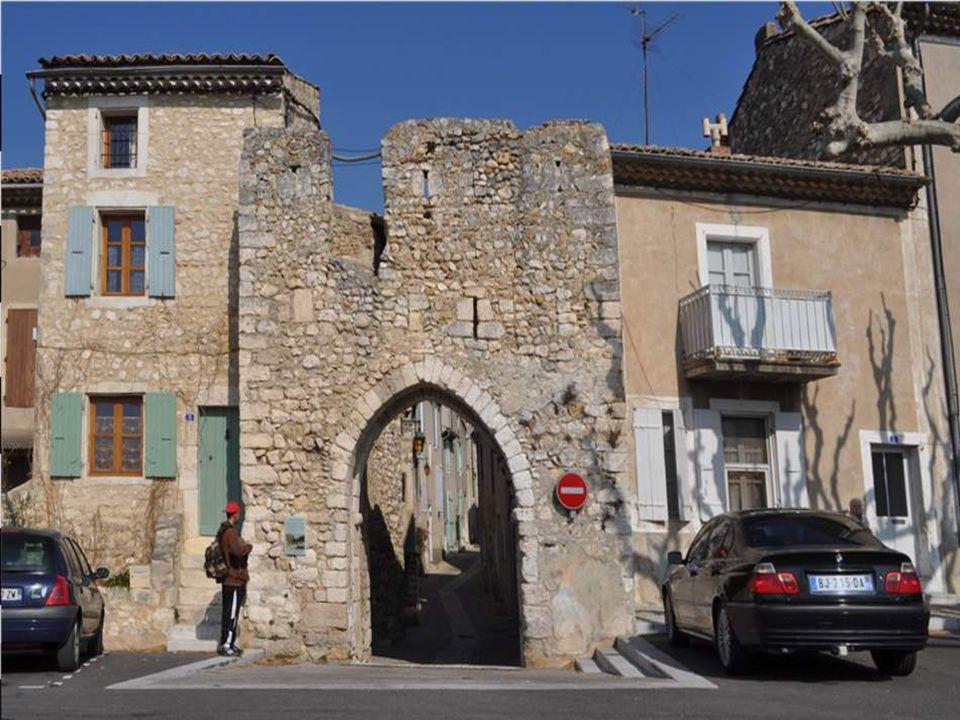 Porte de l'Argentière Percée de meurtrières et surmontée d'un chemin de ronde, cette porte fait partie de la permière enceinte de remparts du XIIème s