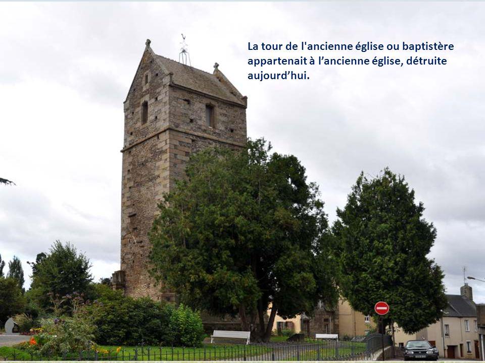 En entrant à Saint-Hilaire-du-Harcouët, ce rond-point original nous rappelle que pommes et poires sont une des principales richesses de la Normandie.