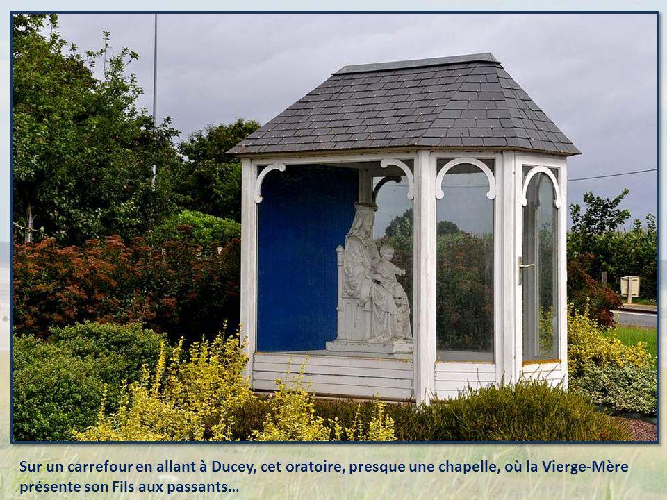 Une maison, - peut-être ancien couvent ? – protégée par une imposante statue de la Vierge.